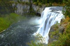 Mesa Falls Waterfall na região selvagem da água do desfiladeiro da garganta foto de stock royalty free