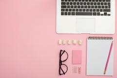 Mesa feminino do trabalho da pessoa em ordem com portátil, vidros, jotte imagem de stock royalty free