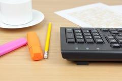 Mesa financiera de los contables que muestra un teclado de ordenador y un PE Imagen de archivo