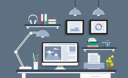 Mesa moderna com grupo, originais e artigos de papelaria do computador Workpla Fotografia de Stock Royalty Free