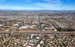 MESA, orizzonte dell'Arizona che sembra del nord dall'autostrada senza pedaggio di superstizione Immagine Stock