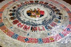 Mesa redonda con imágenes de muchos brazos medievales fotografía de archivo libre de regalías