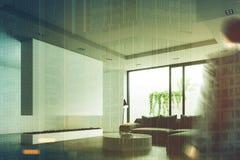 Mesa redonda da sala de visitas, chaminé, homem Imagens de Stock Royalty Free