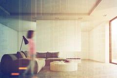 Mesa redonda da sala de visitas, sofá, mulher Imagem de Stock