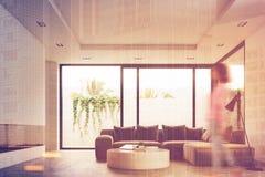 Mesa redonda da sala de visitas, sofá, vista lateral, menina Fotografia de Stock