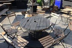 Mesa redonda de madera para el grupo grande Imagenes de archivo
