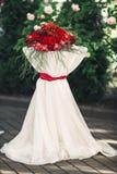 Mesa redonda decorada com pano e as flores brancos Fotos de Stock Royalty Free