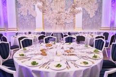 Mesa redonda em um restaurante para 8 pessoas imagens de stock royalty free