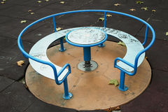 Mesa redonda en el parque Fotos de archivo libres de regalías