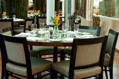 Mesa redonda en el restaurante Foto de archivo libre de regalías