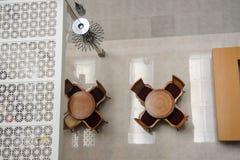 Mesa redonda en un restaurante del hotel Foto de archivo