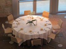 Mesa redonda hermosa lista para recibir a huéspedes y para conseguir comer imagen de archivo