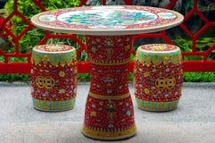 Mesa redonda y asientos Foto de archivo libre de regalías
