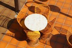 Mesa redonda y sillas de mimbre Fotos de archivo libres de regalías