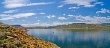 Mesa Reservoir blu nell'area di ricreazione nazionale di Curecanti in Colorado del sud Immagini Stock