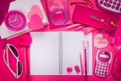 Mesa rosada femenina y efectos de escritorio Fotos de archivo libres de regalías