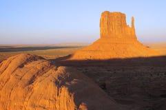 Mesa van de vuisthandschoen die door zon in de Vallei van het Monument wordt aangestoken te plaatsen stock afbeelding