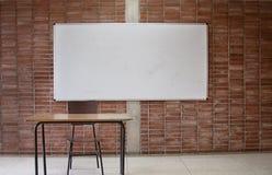 Mesa vazia do ` s do professor em uma sala de aula imagem de stock royalty free