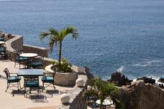 Mesas de comedor con una gran vista del Cabo San Lucas Foto de archivo libre de regalías