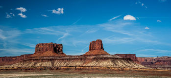 MESAs de l'Utah sous un ciel bleu avec quelques nuages Photographie stock libre de droits
