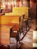 Mesas de madeira antiquados em uma escola Fotos de Stock Royalty Free