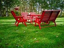 Mesas de picnic y sillas rojas imagen de archivo libre de regalías