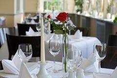 Mesas no restaurante Imagens de Stock Royalty Free