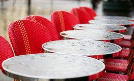 Mesas redondas en un café parisiense Foto de archivo libre de regalías