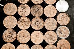 Mesas redondas rústicas junto Imagenes de archivo