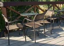 Mesas redondas y sillas de mimbre Imagen de archivo