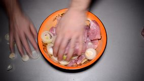 Mescola i pezzi della carne con gli anelli di cipolle archivi video