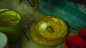 Mescolando una polvere con il mastice giallo archivi video