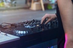 Mescolanza del DJ all'aperto con nel afternoo Fotografie Stock Libere da Diritti