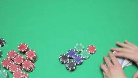 Mescolanza delle carte da gioco, poker del Texas archivi video