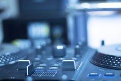 Mescolanza delle piattaforme girevoli di Ibiza DJ Fotografie Stock Libere da Diritti