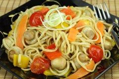 Mescolare-frigga le tagliatelle con le verdure. fotografia stock libera da diritti