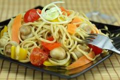 Mescolare-frigga le tagliatelle con le verdure. Fotografia Stock
