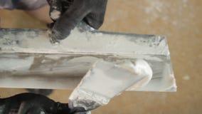 Mescolatura del mastice Coltello di mastice Preparazione per lavoro, fine su stock footage