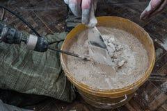 Mescolatura del mortaio facendo uso dei trapani fotografia stock libera da diritti