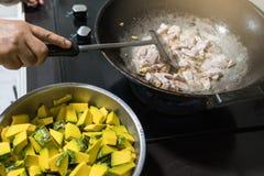 Mescoli e frigga la carne di maiale è fatto nella cucina fotografia stock