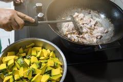 Mescoli e frigga la carne di maiale è fatto nella cucina fotografia stock libera da diritti