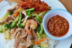 Mescoli i broccoli fritti con frutti di mare e carne di maiale e la pelle grigliata del pollo in bastone di legno Immagine Stock Libera da Diritti