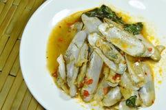 Mescoli i cannolicchi fritti con la pasta arrostita del peperoncino rosso sul piatto immagine stock libera da diritti