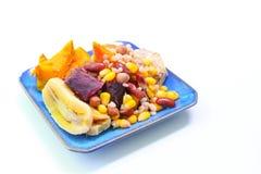 Mescoli i cereali bolliti sul piatto su fondo bianco Fotografia Stock