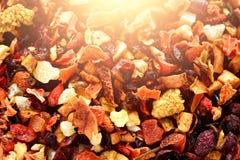 Mescoli il karkade del tè con i frutti ed i fiori secchi Fondo e struttura del tè della frutta Vista superiore Priorità bassa del Immagine Stock