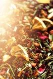 Mescoli il karkade del tè con i frutti ed i fiori secchi Fondo e struttura del tè della frutta Vista superiore Priorità bassa del Fotografie Stock