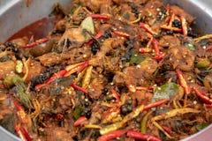Mescoli il pesce gatto fritto nel grasso bollente con l'alimento tailandese della pasta di curry rossa immagine stock libera da diritti