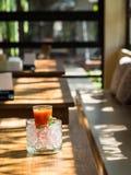 Mescoli il succo del fruite in vetro con ghiaccio messo sulla tavola di legno immagine stock