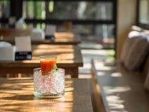 Mescoli il succo del fruite in vetro con ghiaccio messo sulla tavola di legno Fotografie Stock Libere da Diritti