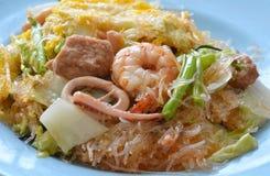 Mescoli il sukiyaki fritto con l'uovo ed i frutti di mare sul piatto Immagini Stock